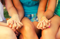 Девочка-подростки держа руки Стоковые Фотографии RF
