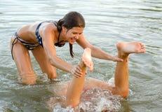Девочка-подростки играя в воде Стоковая Фотография