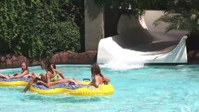 Девочка-подростки на аквапарк видеоматериал