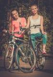 Девочка-подростки с велосипедом в парке на солнечный день Стоковое Фото