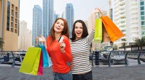 Девочка-подростки с хозяйственными сумками и кредитной карточкой Стоковые Изображения