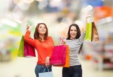 Девочка-подростки с хозяйственными сумками и кредитной карточкой Стоковые Фото