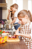 Девочка-подросток варя вместе с ее семьей Стоковое Изображение RF