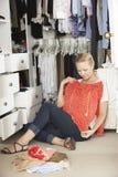 Девочка-подросток выбирая одежды от шкафа в спальне Стоковые Изображения