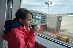 Девочка-подросток выпивая горячий кофе в авиапорте Стоковое фото RF