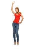Девочка-подросток в красной футболке показывая знак победы Стоковое Фото