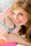 Девочка-подросток держа изображение ее влюбленности Стоковая Фотография