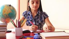 Девочка-подросток делая домашнюю работу на цифровом ПК таблетки акции видеоматериалы