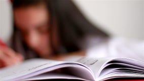 Девочка-подросток делая домашнюю работу сток-видео