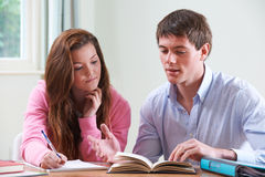 Девочка-подросток изучая с домашним гувернером Стоковые Изображения RF