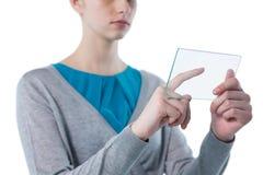 Девочка-подросток используя стеклянную цифровую таблетку Стоковые Фотографии RF