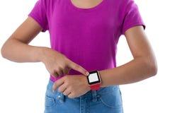 Девочка-подросток используя smartwatch против белой предпосылки Стоковая Фотография RF