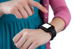 Девочка-подросток используя smartwatch Стоковая Фотография