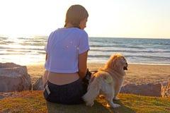 Девочка-подросток и собака на пляже стоковые фотографии rf