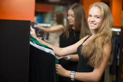 Девочка-подросток наслаждаясь ходить по магазинам Стоковые Изображения RF