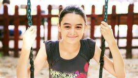 Девочка-подросток на качании усмехаясь на камере сток-видео