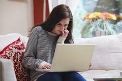 Девочка-подросток на компьтер-книжке стоковые изображения