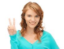 Девочка-подросток показывая знак победы Стоковое Фото