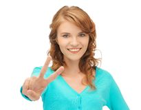Девочка-подросток показывая знак победы Стоковое фото RF