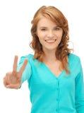 Девочка-подросток показывая знак победы Стоковое Изображение RF