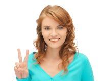 Девочка-подросток показывая знак победы Стоковые Фотографии RF