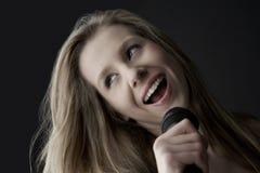 Девочка-подросток поя в микрофон Стоковая Фотография RF