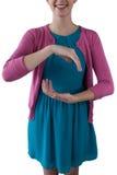 Девочка-подросток претендуя быть объектом владением незримым Стоковое Изображение