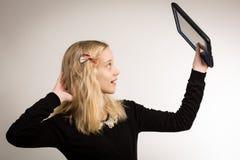 Девочка-подросток принимая Selfie на ее таблетке Стоковые Фотографии RF