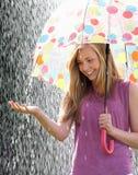 Девочка-подросток приютить от дождя под зонтиком Стоковое Изображение