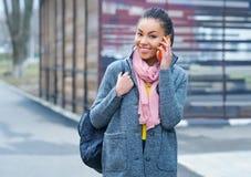 Девочка-подросток смешанной гонки говоря на телефоне Стоковое Изображение RF