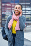 Девочка-подросток смешанной гонки говоря на телефоне Стоковые Фотографии RF