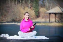Девочка-подросток спорта используя сенсорную панель таблетки на пристани Стоковое Изображение RF