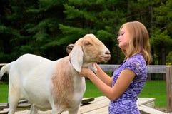 Девочка-подросток с ее козочкой Стоковые Изображения