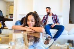 Девочка-подросток с ее семьей Стоковое фото RF