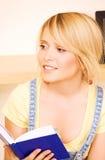 Девочка-подросток с книгой Стоковые Изображения