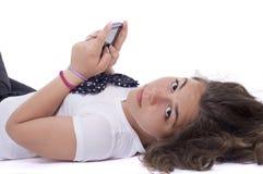 Девочка-подросток с мобильным телефоном Стоковые Изображения RF