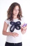 Девочка-подросток с мобильным телефоном стоковая фотография