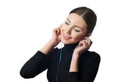 Девочка-подросток с наушниками слушая к музыке Стоковое фото RF