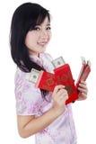 Девочка-подросток с долларами денег получает внутри конверт наличными Стоковое Фото