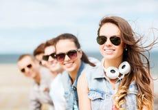 Девочка-подросток с друзьями снаружи стоковые изображения