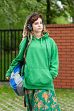 Девочка-подросток с рюкзаком слушая к музыке Стоковое фото RF