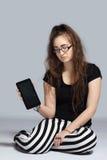 Девочка-подросток с таблеткой Стоковые Изображения RF