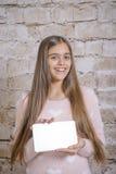 Девочка-подросток с таблеткой Стоковая Фотография