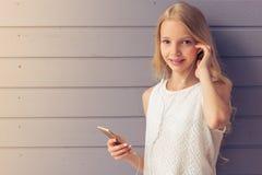 Девочка-подросток с устройством Стоковые Фото