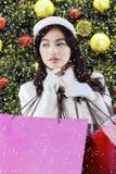 Девочка-подросток с хозяйственными сумками рождества Стоковое фото RF