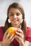 Девочка-подросток с Яблоком Стоковые Изображения RF