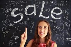 Девочка-подросток указывая вверх на сообщать чертежей мела продажи Стоковая Фотография RF