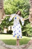 Девочка-подросток Beatifull в подлинном винтажном платье Стоковая Фотография