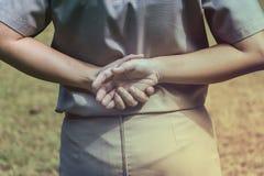 Девочка-скаут держа руки в нейтральном положении линии регулировки Конец-вверх рук, концепция разведчика Стоковое Изображение RF
