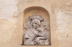 Девственница Мария барельеф с ребенком на бежевой винтажной предпосылке Мать стороны с младенцем стоковая фотография rf
